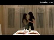 lesbijskie Azjatki calują się