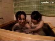 Dwie dziewczyny całują się i pieszczą w wannie