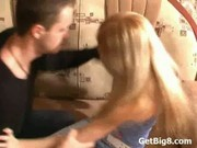 Walenie młodej blond amatorki
