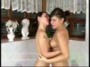 Dwie lesbijki kochają brać wspólną kąpiel