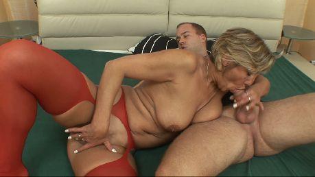 Stara blondynka z kolegą na kanapie