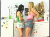 Lesbijskie zabawy w kuchni
